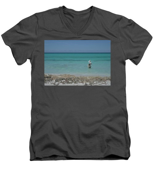 Buscando La Carnada Men's V-Neck T-Shirt