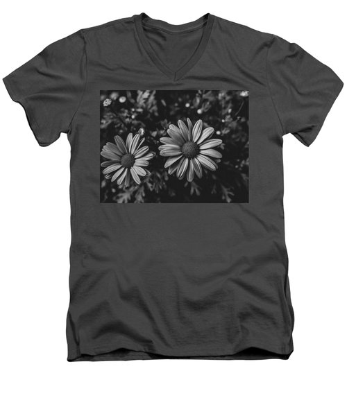 Bw Daisies Men's V-Neck T-Shirt