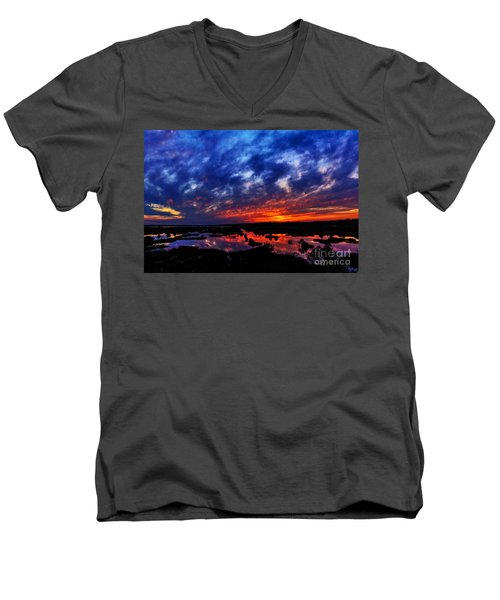 Contrast Men's V-Neck T-Shirt