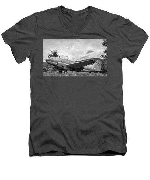 Curtiss C-46 Commando - Bw Men's V-Neck T-Shirt