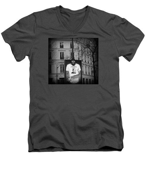 je descends de Darwin Exhibition Men's V-Neck T-Shirt