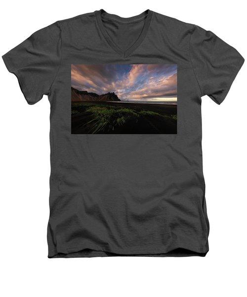 Life In Black And Green Men's V-Neck T-Shirt