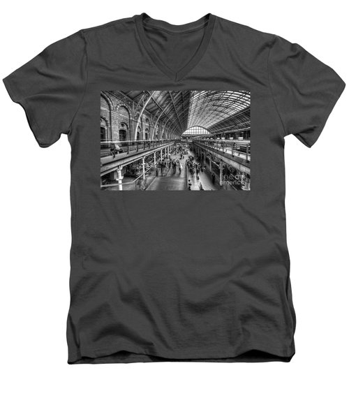 London St Pancras Station Bw Men's V-Neck T-Shirt