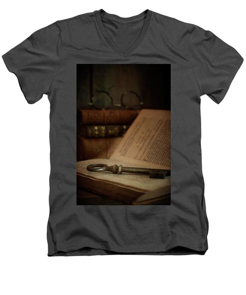 Old Book With Key Men's V-Neck T-Shirt