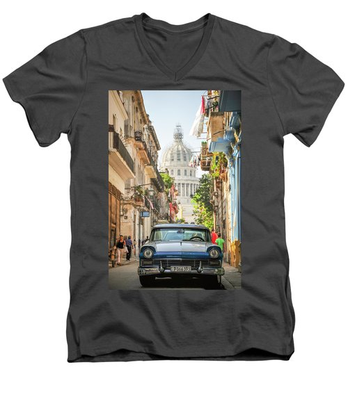 Old Car And El Capitolio Men's V-Neck T-Shirt