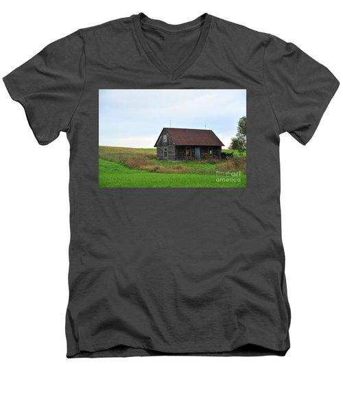 Old Log Cabin Men's V-Neck T-Shirt