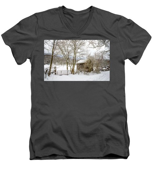 Old Post Office In Snow Men's V-Neck T-Shirt