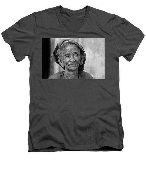 Old Vietnamese Woman Men's V-Neck T-Shirt