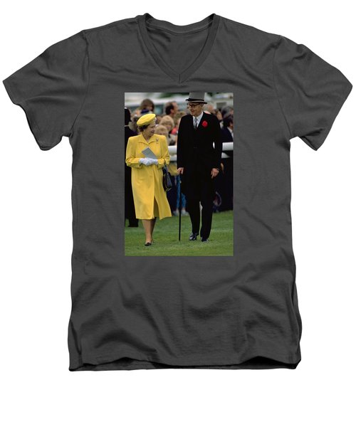 Queen Elizabeth Inspects The Horses Men's V-Neck T-Shirt