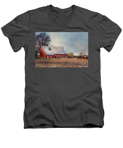 Red Barn In Late Fall Men's V-Neck T-Shirt