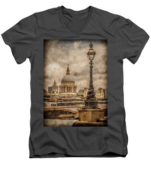 London, England - Saint Paul's Men's V-Neck T-Shirt