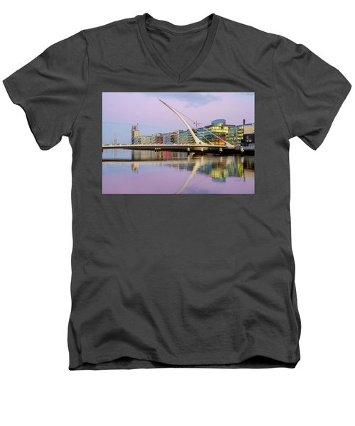 Samuel Beckett Bridge At Dusk Men's V-Neck T-Shirt