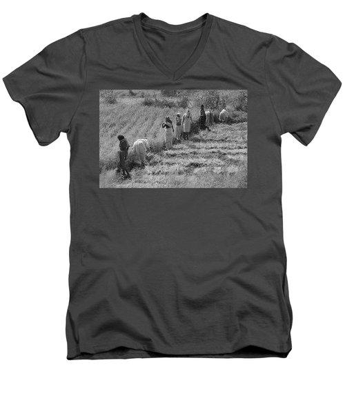 Skn 2611 Joint Effort Bw Men's V-Neck T-Shirt