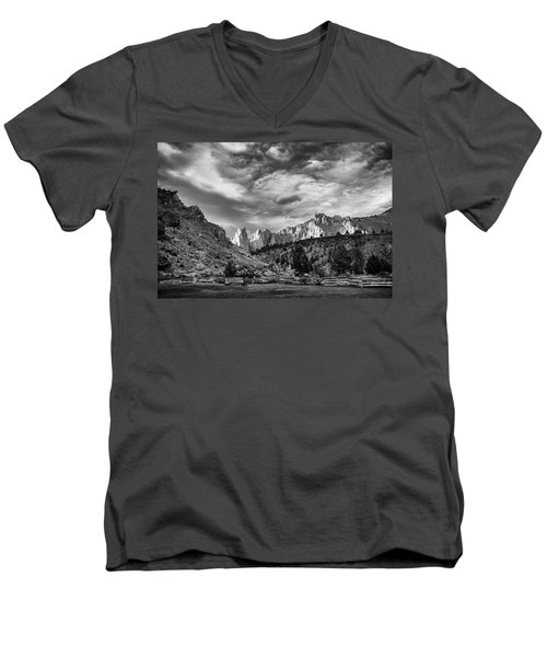 Smith Rock Bw Men's V-Neck T-Shirt