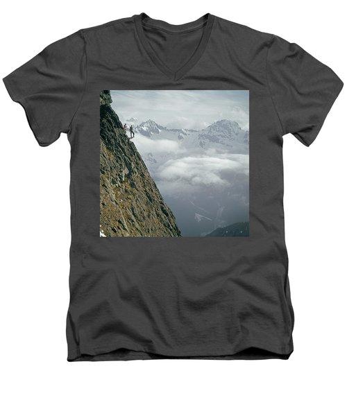 T-404101 Climbers On Sleese Mountain Men's V-Neck T-Shirt