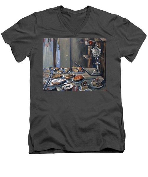 Une Coupe A Gingembre En Cristal De La Patisserie Royale A Maastricht Men's V-Neck T-Shirt
