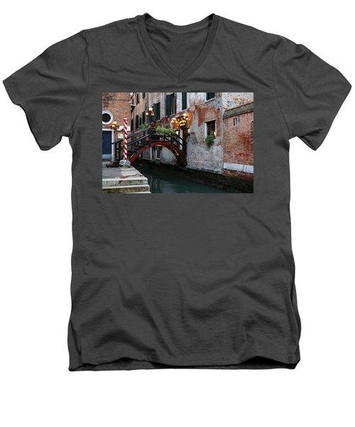 Venice Italy - The Cheerful Christmassy Restaurant Entrance Bridge Men's V-Neck T-Shirt