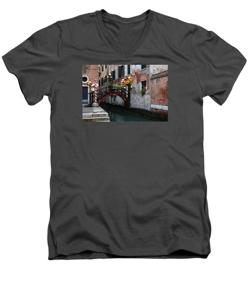 Venice Italy - The Cheerful Christmassy Restaurant Entrance Bridge Men's V-Neck T-Shirt
