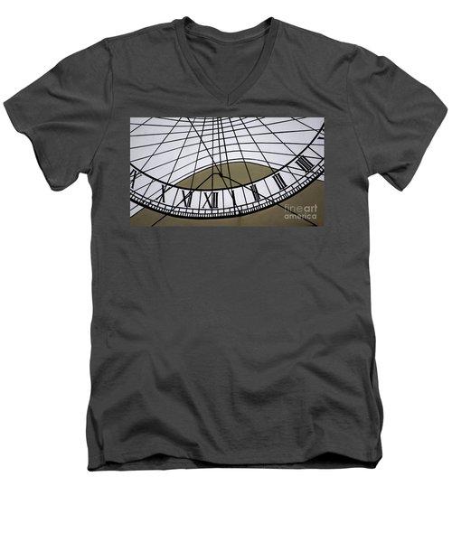 Vertical Sundial - Vertikale Sonnenuhr Men's V-Neck T-Shirt
