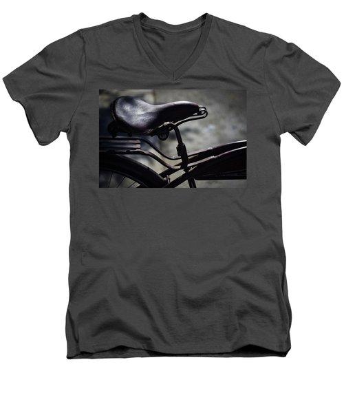 Vintage 1933 Elgin Bicycle Seat Men's V-Neck T-Shirt