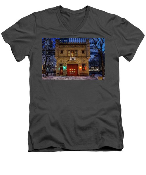 Vintage Chicago Firehouse With Xmas Lights And W Flag Men's V-Neck T-Shirt