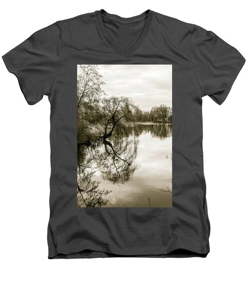 Weeping Willow Tree In The Winter Men's V-Neck T-Shirt