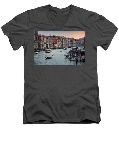 Grand Canal Gondolier Venice Italy Sunset Men's V-Neck T-Shirt