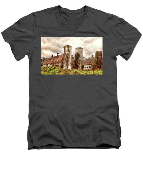 Old Rustic Barn In Cumberland Virginia Men's V-Neck T-Shirt