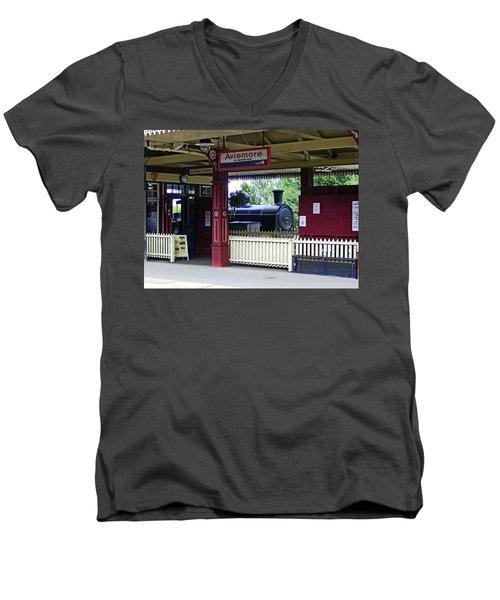 Strathspey Railway. Caladonian Railway 828 Men's V-Neck T-Shirt