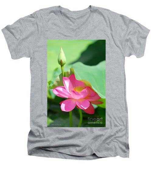 D48l-96 Water Lily At Goodale Park Photo Men's V-Neck T-Shirt