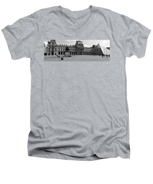 Tourists In The Courtyard Of A Museum Men's V-Neck T-Shirt