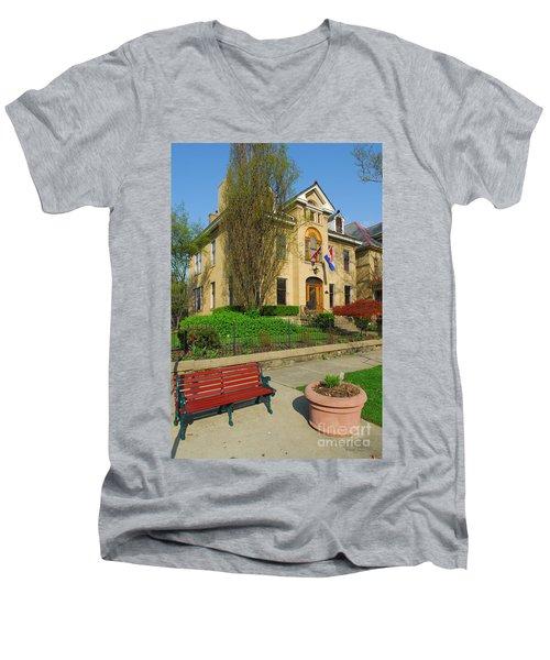 D47l-14 Victorian Village Photo Men's V-Neck T-Shirt