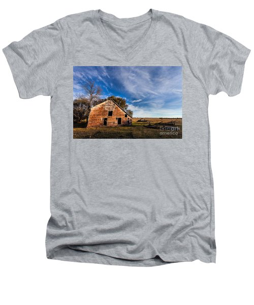 Barn In The Midwest Men's V-Neck T-Shirt by Steven Reed