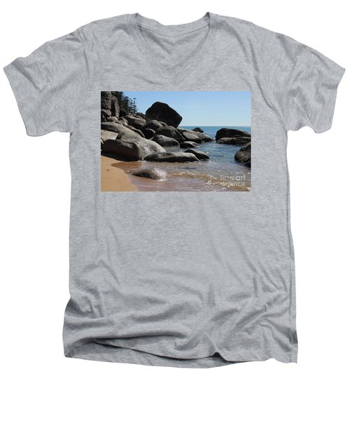 Contrast Men's V-Neck T-Shirt