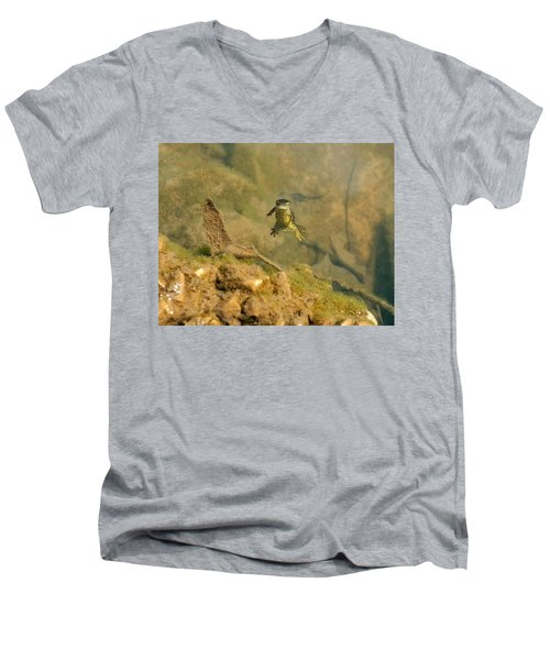 Eastern Newt In A Shallow Pool Of Water Men's V-Neck T-Shirt by Chris Flees
