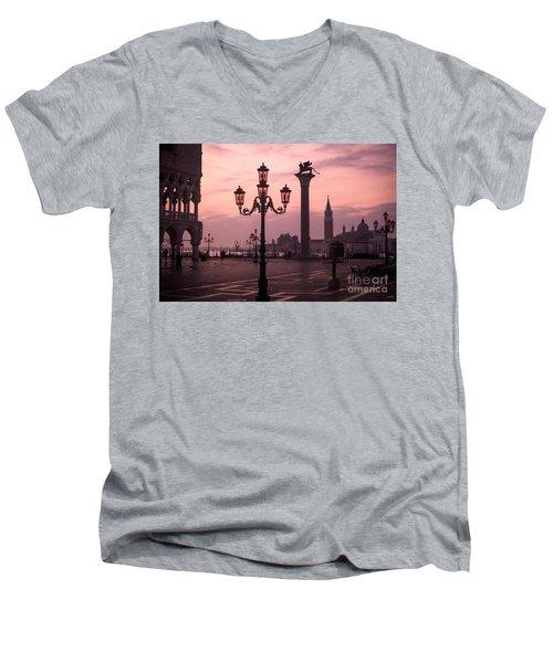 Lamppost Of Venice Men's V-Neck T-Shirt