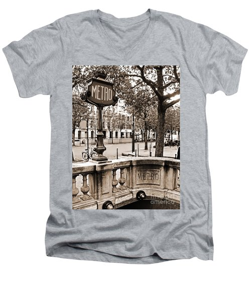 Metro Franklin Roosevelt - Paris - Vintage Sign And Streets Men's V-Neck T-Shirt