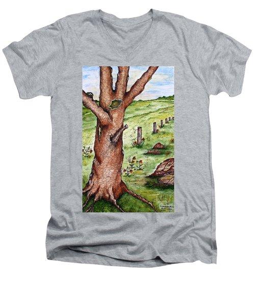 Old Oak Tree With Birds' Nest Men's V-Neck T-Shirt