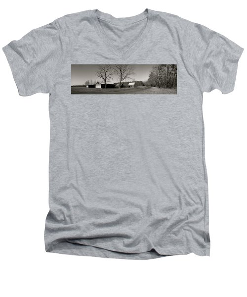 Old Red Barn In Black And White Long Men's V-Neck T-Shirt
