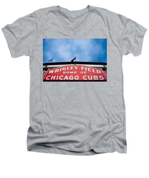 Cubs Sign Men's V-Neck T-Shirt