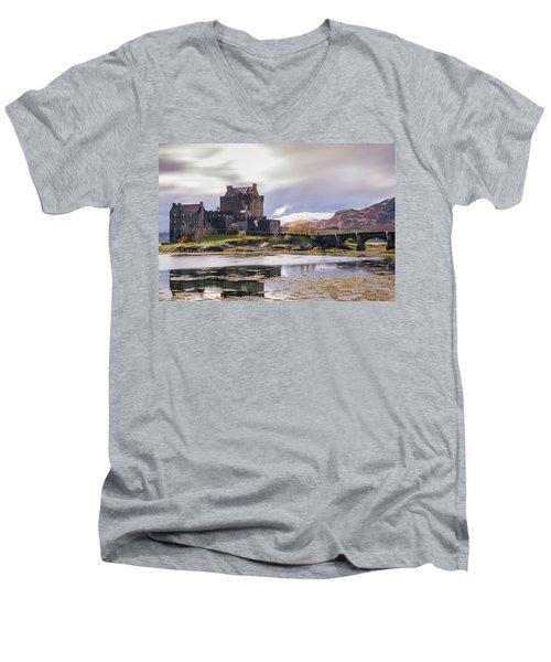 Eilean Donan Castle, Dornie, Kyle Of Lochalsh, Isle Of Skye, Scotland, Uk Men's V-Neck T-Shirt