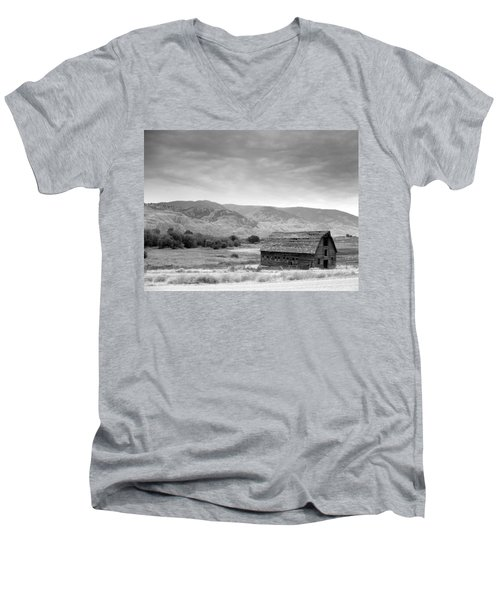 An Old Barn Men's V-Neck T-Shirt