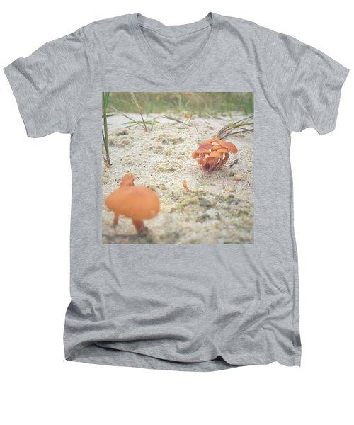Auf Pilzjagd.  #pilze #sandboden Men's V-Neck T-Shirt