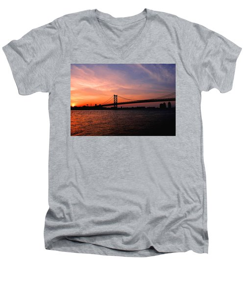 Ben Franklin Bridge Sunset Men's V-Neck T-Shirt