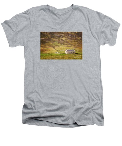 Cairngorms Cottage Men's V-Neck T-Shirt