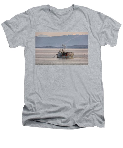Crabbing Men's V-Neck T-Shirt