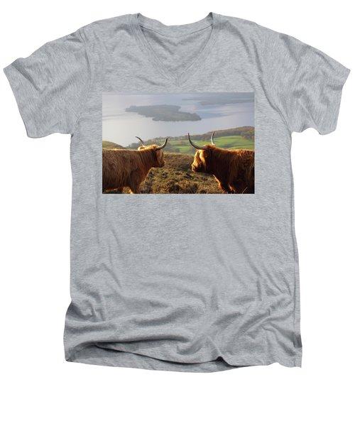 Enjoying The View - Highland Cattle Men's V-Neck T-Shirt