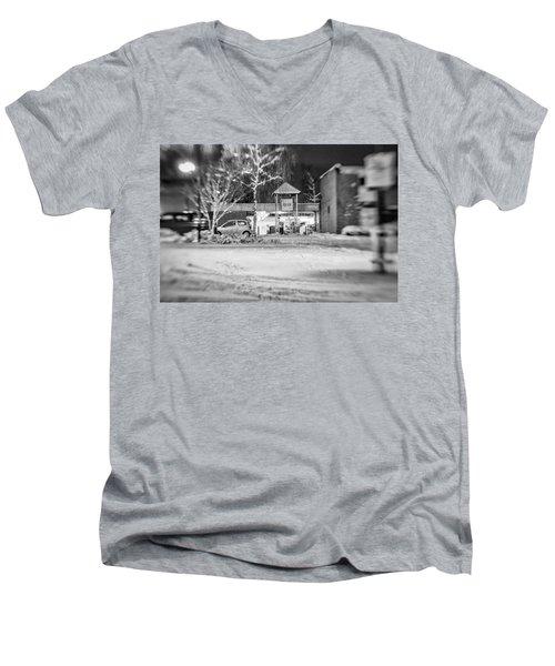 Hale Barns Square In The Snow Men's V-Neck T-Shirt