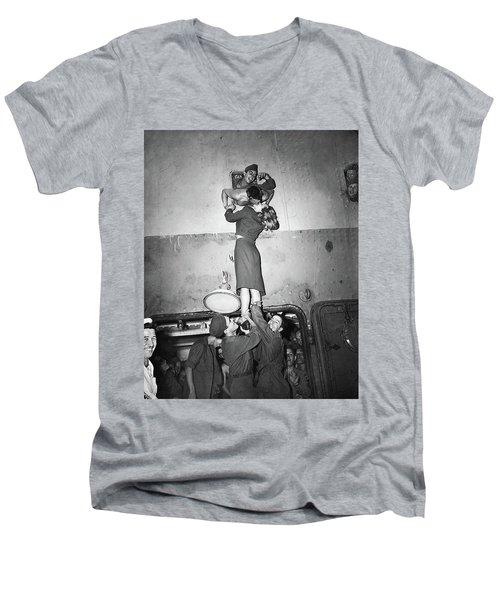Marlene Dietrich Kissing Soldier Returning From Ww2 1945 Men's V-Neck T-Shirt