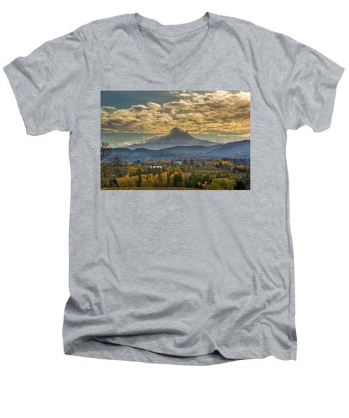 Mount Hood Over Farmland In Hood River In Fall Men's V-Neck T-Shirt